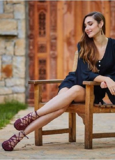 Siyah Elbisemin altına sandalet